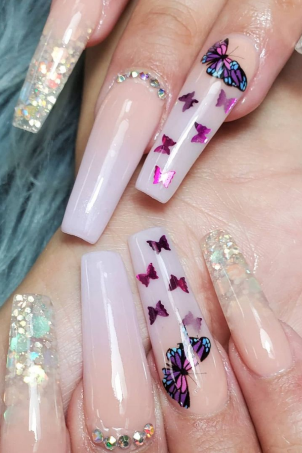 Acrylic nails summer 2021 in white for a subtle and elegant look