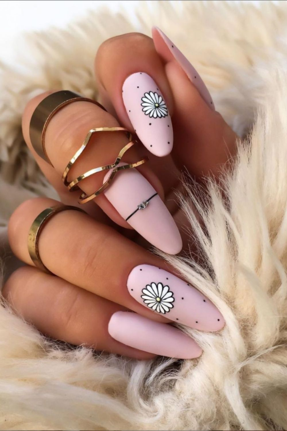 Pink almond-shaped nail with daisy